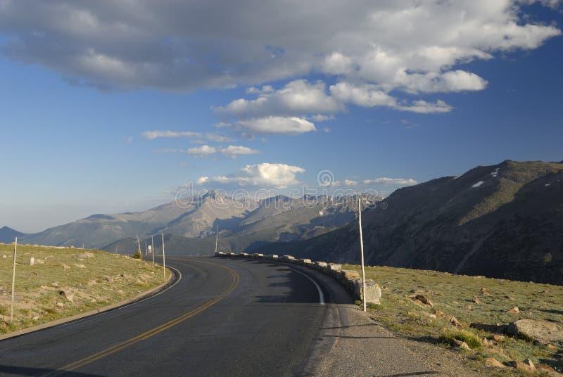 Strada principale in montagne rocciose del Colorado immagini stock libere da diritti