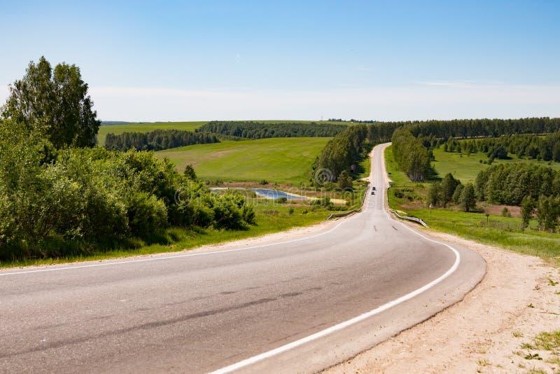 Strada principale nella natura, nei campi ed in alberi fotografie stock