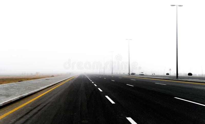Strada principale nella nebbia immagini stock