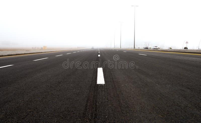Strada principale nella nebbia immagine stock