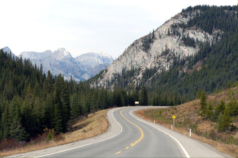 Strada principale nelle montagne, Alberta fotografia stock