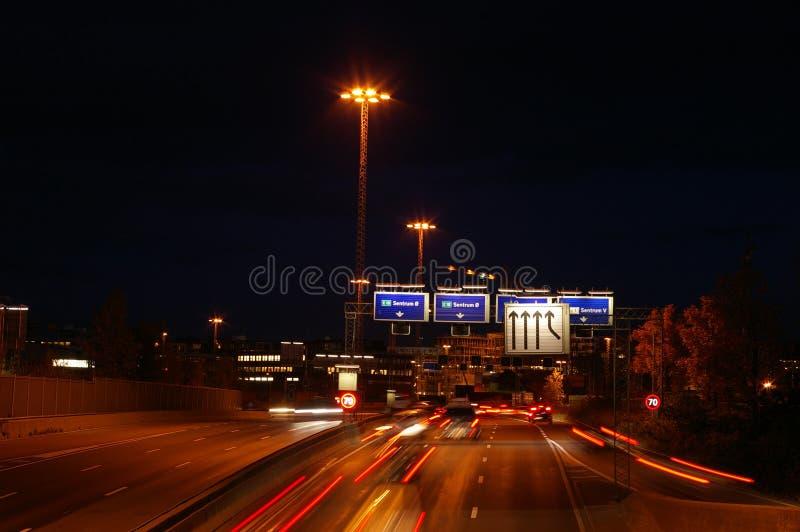 Strada principale a Oslo alla notte fotografie stock libere da diritti
