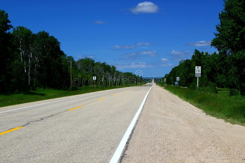 Strada principale scenica Ontario/Canada vicino al lago Superiore fotografia stock