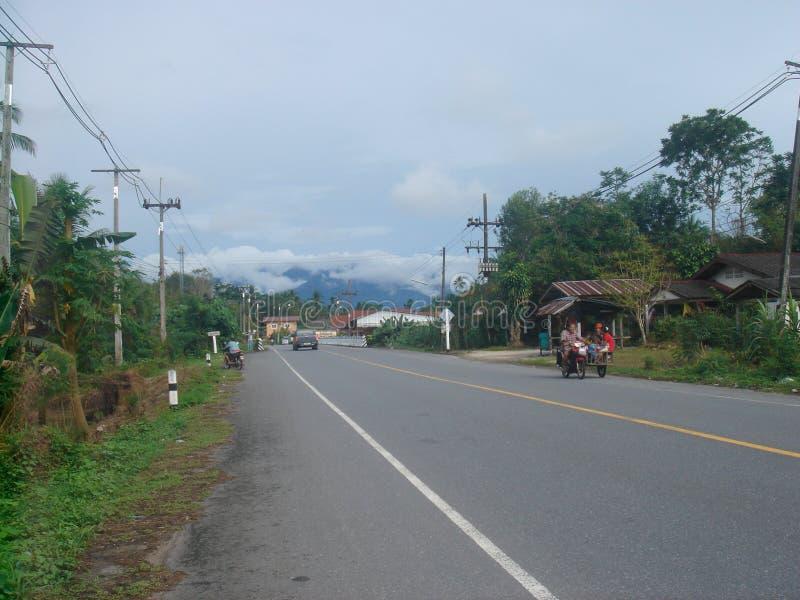 Strada principale tailandese del paese fotografia stock