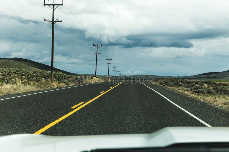 Strada principale tempestosa del deserto immagine stock