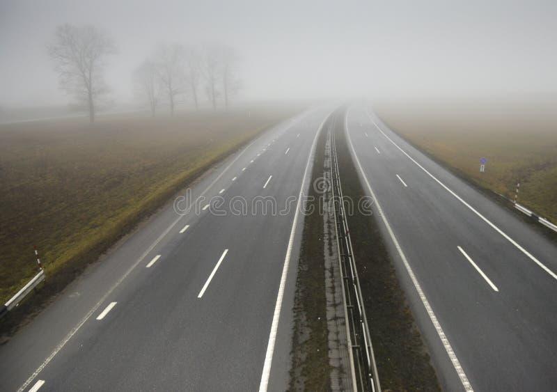 Strada principale vuota che allunga nella distanza fotografie stock libere da diritti