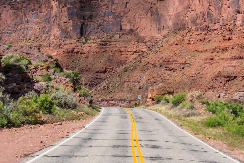 Strada principale vuota nel cañon e paese di MESA dell'Utah del sud fotografia stock