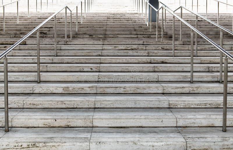 Strada provocatoria dura alla salita della scala di concetto di successo fotografie stock