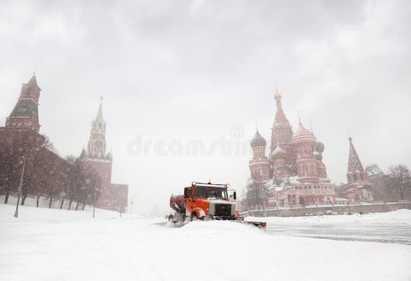 strada pulita del camion del Neve-dispositivo di rimozione vicino al quadrato rosso fotografia stock libera da diritti