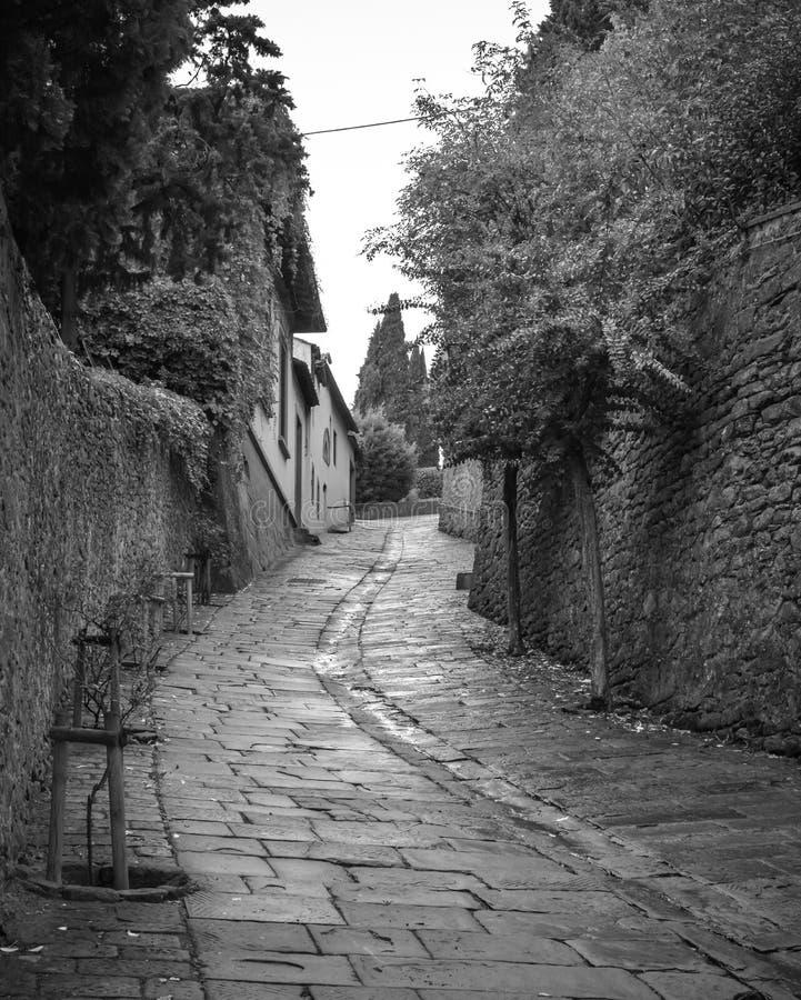 Strada ripida, vecchia e stretta in Fiesole, Italia fotografia stock