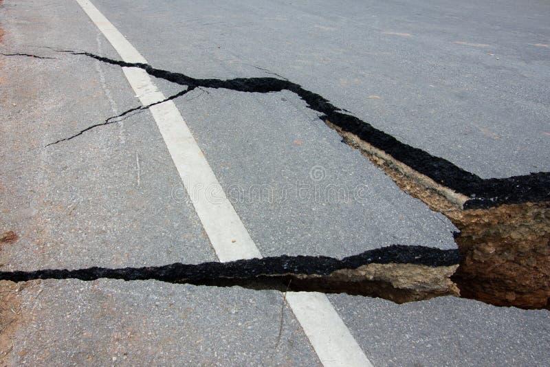 Strada rotta da un terremoto in Chiang Rai, Tailandia fotografie stock libere da diritti