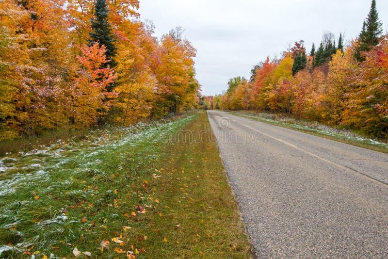Strada rurale del Michigan attraverso Autumn Forest fotografia stock