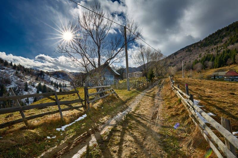 Strada rurale nelle montagne fotografia stock