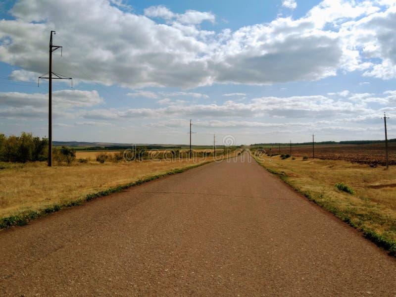Strada russa - modo attraverso la pianura fotografie stock