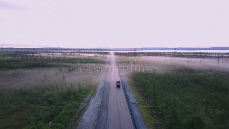 Strada russa nordica di estate nelle foreste, colpo aereo immagini stock libere da diritti
