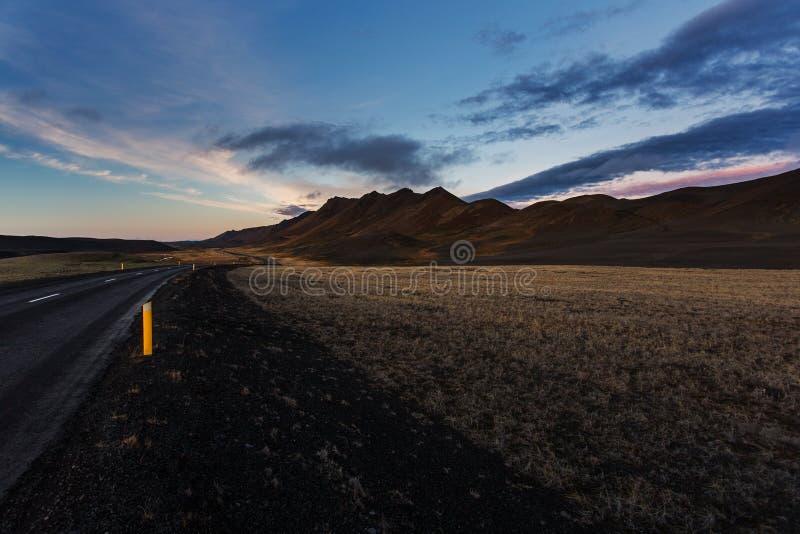 Strada scura in Islanda del nord al tramonto fotografia stock