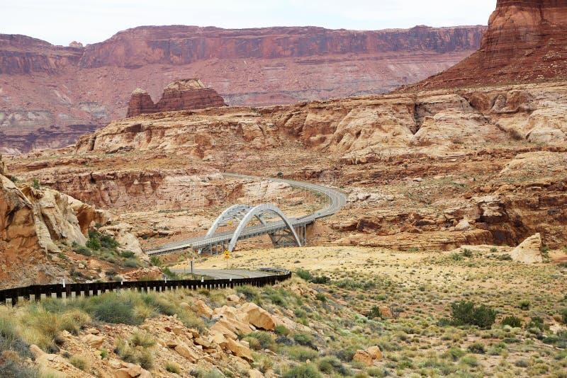 Strada secondaria scenica 95 con il ponte di incrocio di Hite fotografie stock libere da diritti
