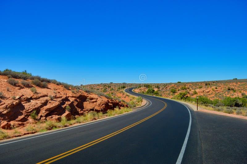 Strada senza fine e vuota da qualche parte nell'Utah fotografia stock