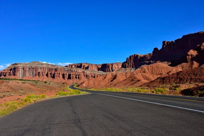 Strada sola nel parco nazionale della scogliera del Campidoglio fotografia stock libera da diritti