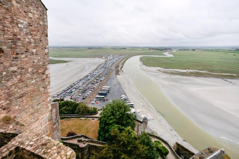strada soprelevata all'isola di Le Mont Saint-Michel in pioggia immagine stock