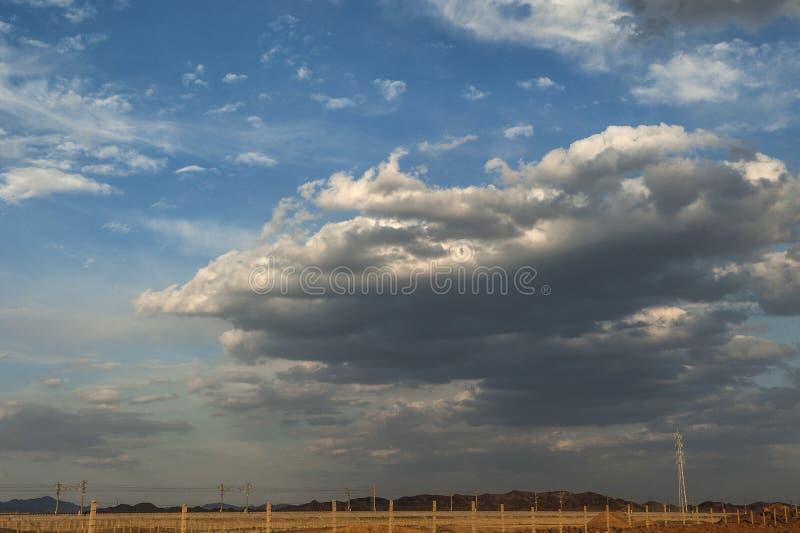 Strada sotto cielo blu fotografie stock libere da diritti