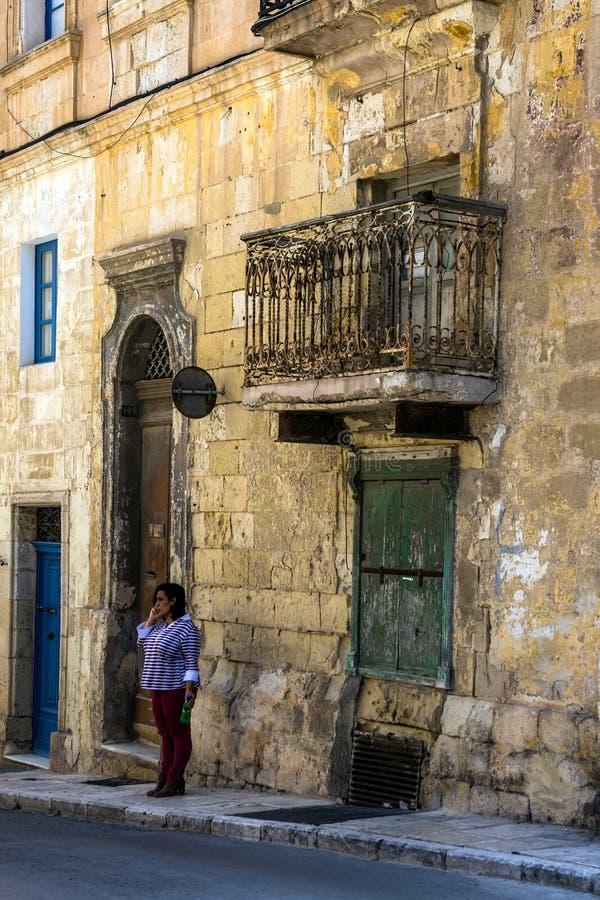Strada stretta a La Valletta, Malta fotografia stock libera da diritti