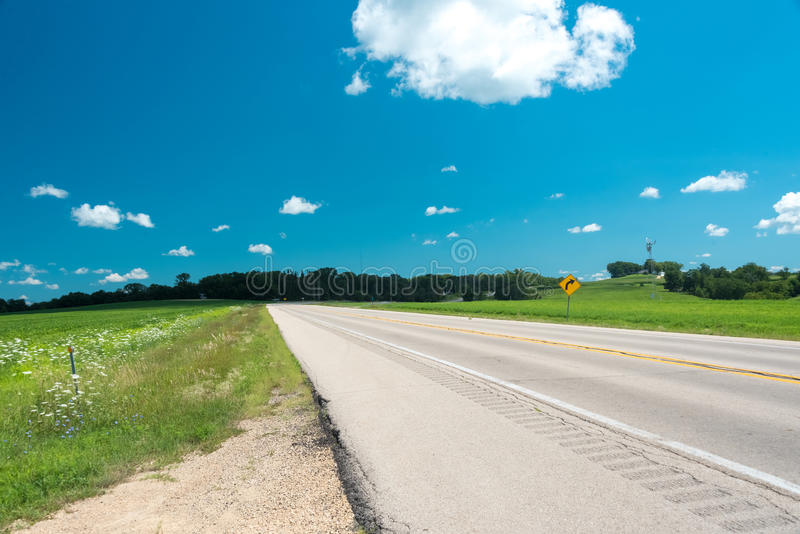 Strada su un campo nel lato del paese di Illinois fotografia stock