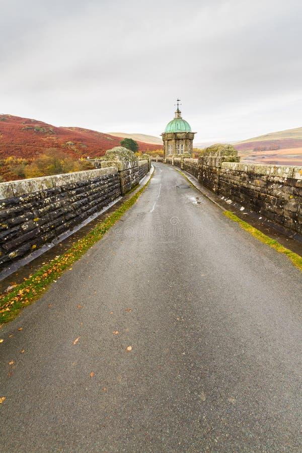 Strada sul bacino idrico e sulla diga di Craig Goch fotografie stock