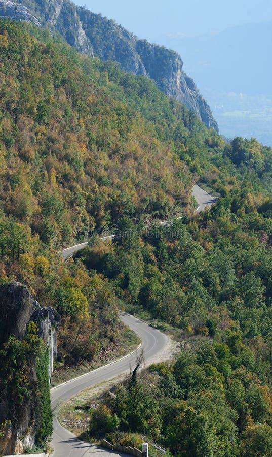 Strada tortuosa della strada principale di zigzag della montagna fotografia stock
