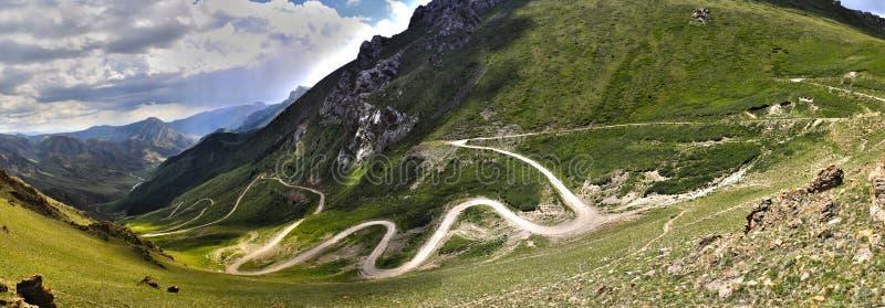 Strada tortuosa nelle montagne immagini stock libere da diritti