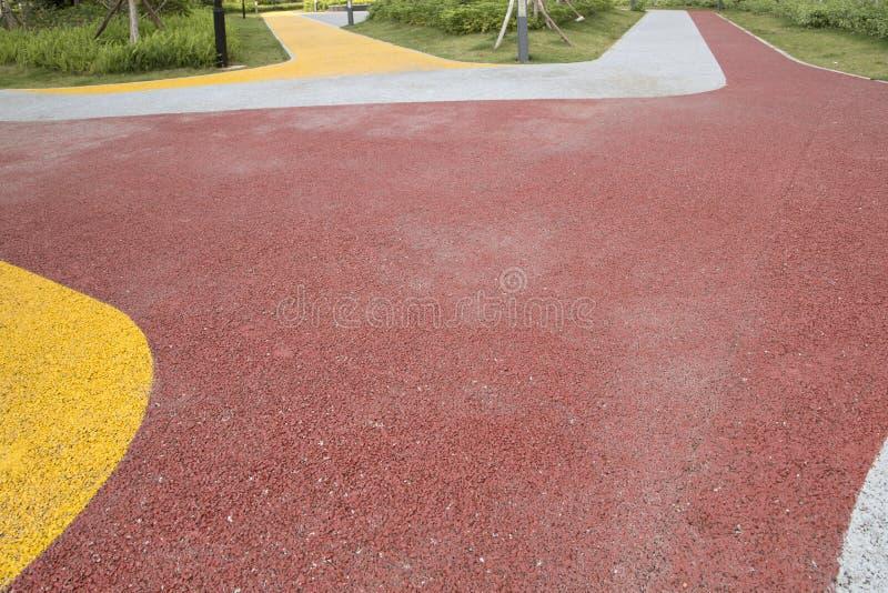 Strada variopinta e pianta nel parco immagine stock