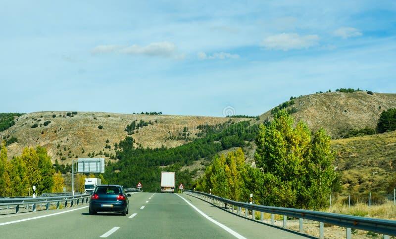 Strada veloce nelle montagne in Spagna, bello paesaggio di moun fotografie stock libere da diritti