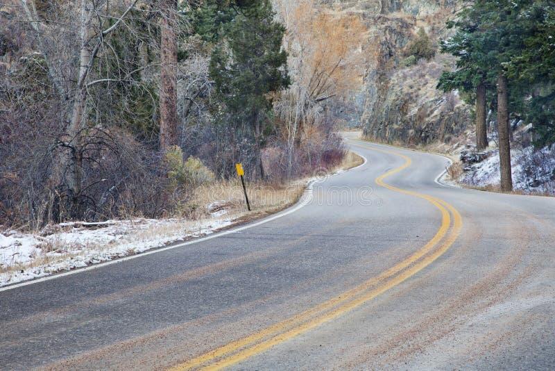Strada ventosa della montagna immagini stock