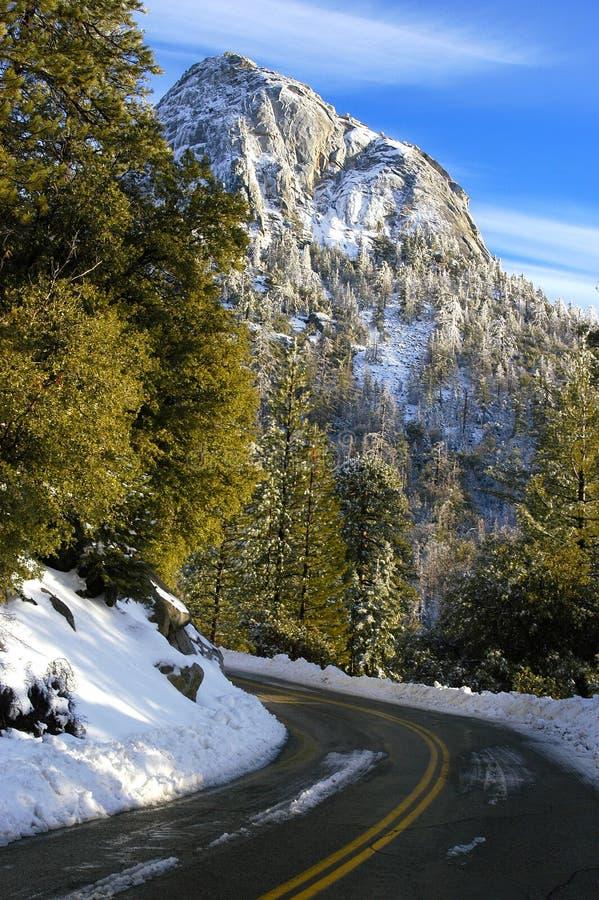 Strada ventosa della montagna dopo che la neve recentemente è stata arata via fotografie stock libere da diritti