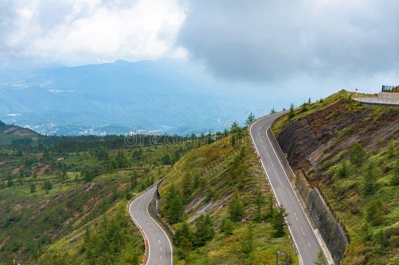 Strada ventosa della montagna Infrastruttura nel Giappone fotografia stock libera da diritti