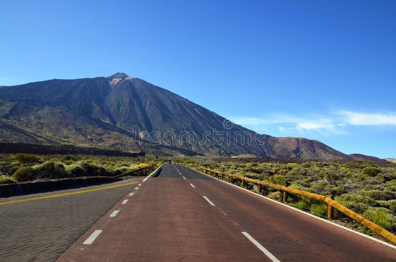 Strada verso il EL Teide del vulcano alla valle del parco nazionale di Las Canadas, Tenerife fotografia stock libera da diritti