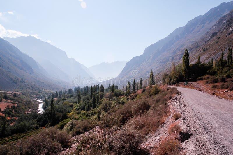 Strada vicino alle montagne ed ai fiumi nelle Ande, Santiago, Cile fotografia stock