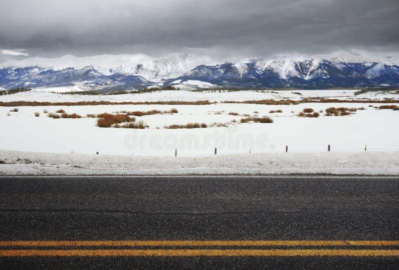 Strada vuota di inverno di Colorado Rockies fotografie stock
