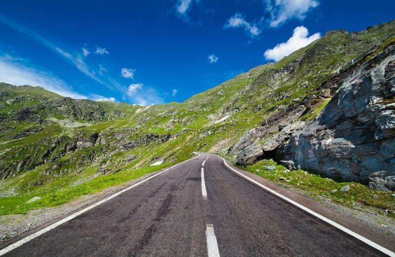Strada vuota in montagne fotografia stock libera da diritti