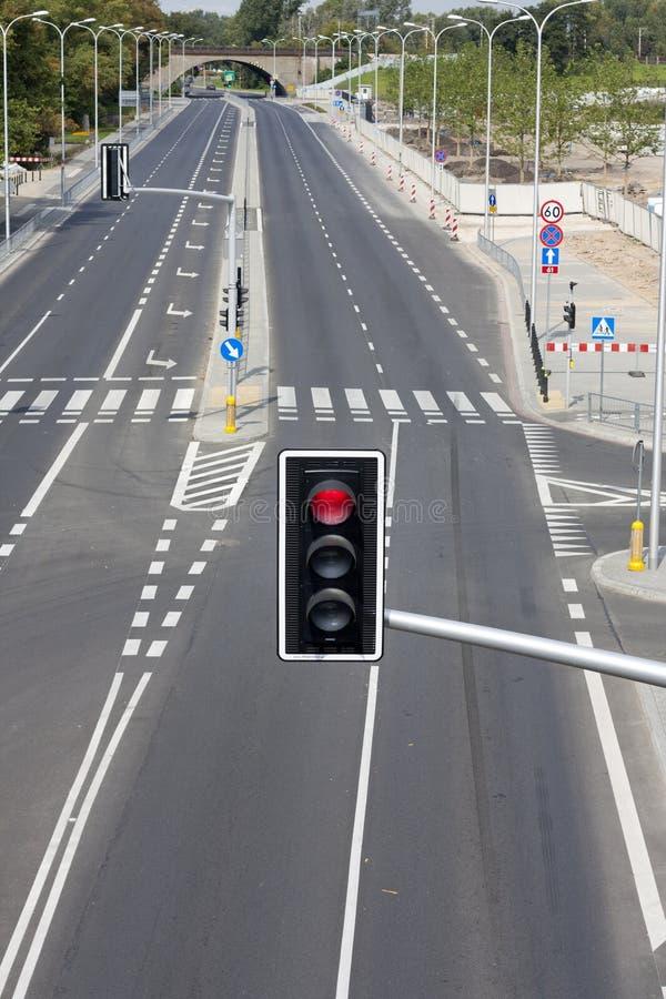 Strada vuota nella città con l'indicatore luminoso di via immagine stock