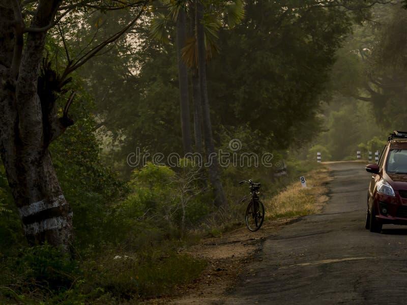 Strade dell'India rurale Automobile ed il ciclo fotografia stock libera da diritti