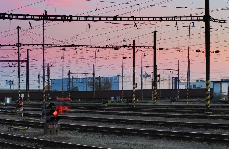 Strade ferrate ad un tramonto variopinto rosa fotografie stock