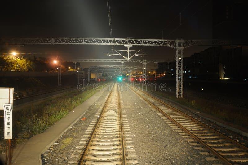 Strade ferrate alla notte fotografie stock