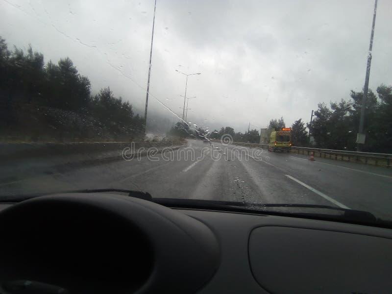 Strade principali piovose di inverno della strada nuvolose fotografia stock