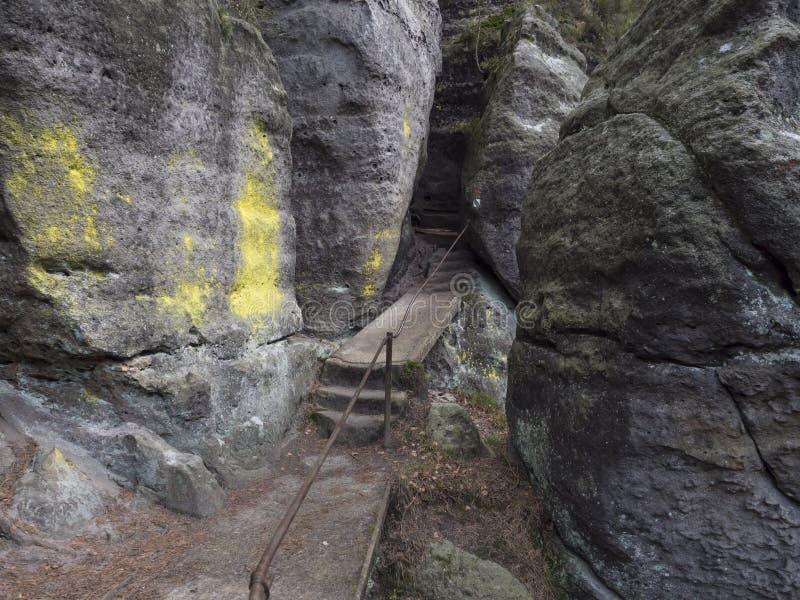 Strade strette tra i muri di arenaria rocciosa di Kyjovska skalni stezka di Bohemian Saxon Switzerland, Kyjov fotografia stock libera da diritti