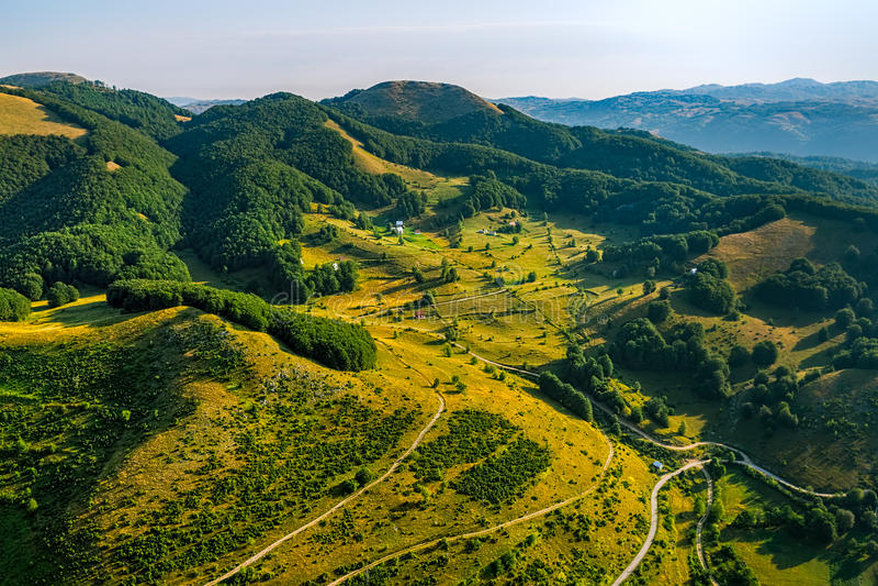 Strade trasversali della montagna del Montenegro - antenna fotografia stock