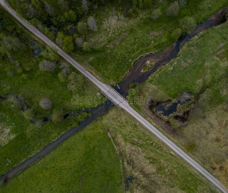 Strade trasversali della strada e del fiume - foto del fuco immagine stock