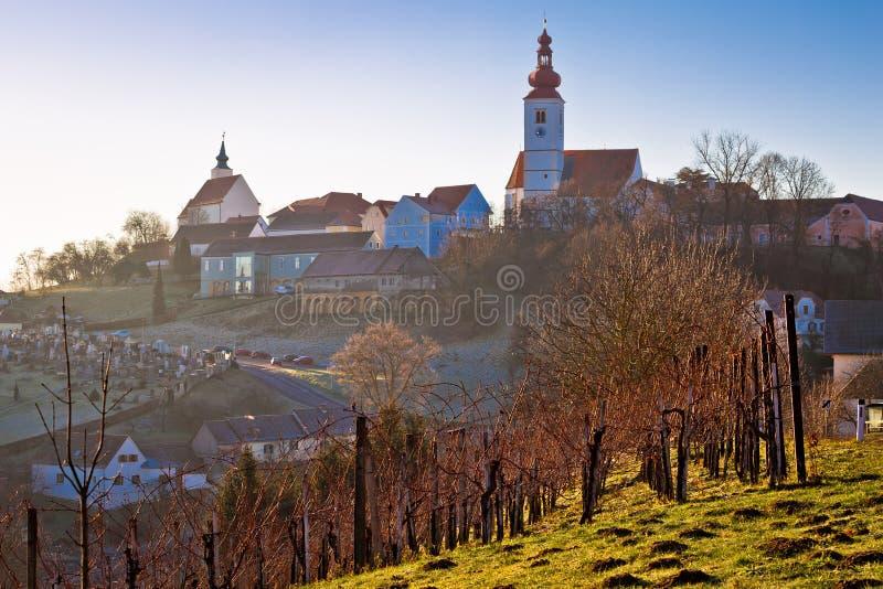 Straden wioska w mgła kościół na wzgórzu zdjęcia royalty free