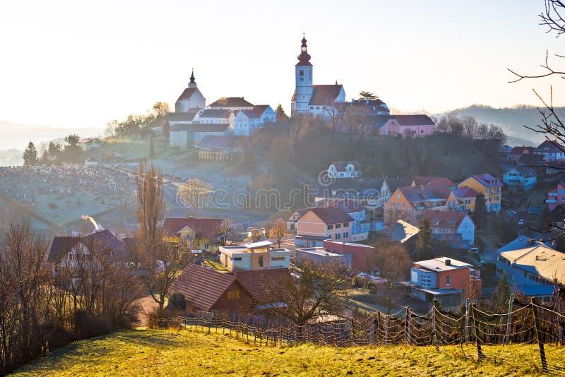 Straden wioska w mgła kościół na wzgórzu obrazy stock