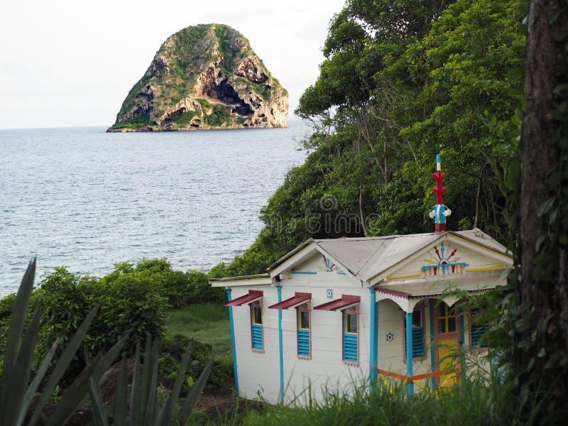 Straffångens hus och Diamond Rock på ön av Martinique i de franska västra Indiesna royaltyfri foto
